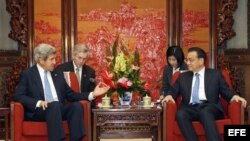 PEKÍN. Beijing (China), 13/04/2013.- El secretario de Estado, John Kerry (i) conversa con el primer ministro de China, Li Keqiang