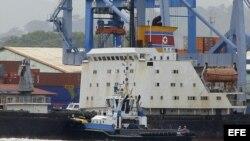 PAN03. CIUDAD DE PANAMÁ (PANAMÁ) 16/07/2013.- Vista del barco norcoreano Chong Chon Gang hoy, martes 16 de julio de 2013, atracado en el muelle de Manzanillo de la caribeña ciudad de Colón (Panamá). Las autoridades panameñas retuvieron en Colón, en la cos