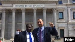 José Daniel Ferrer e Iván Hernández Carrillo posan ante el Congreso español.