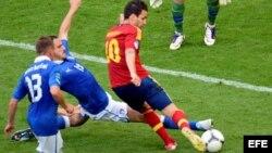 El jugador de la selección española Cesc Fabregas (d) trata de marcar ante el portero de Italia Gianluigi Buffon (arriba). EFE