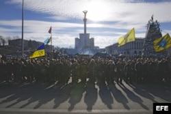En la plaza de la Independencia, en Kiev, se reunen los voluntarias para las fuerzas armadas.