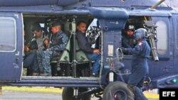 """Militares mexicanos conducen en un helicóptero al máximo dirigente del cártel de Sinaloa, Joaquín """"El Chapo"""" Guzmán"""