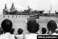 Cubanos despiden buques soviéticos en la base de Cienfuegos.