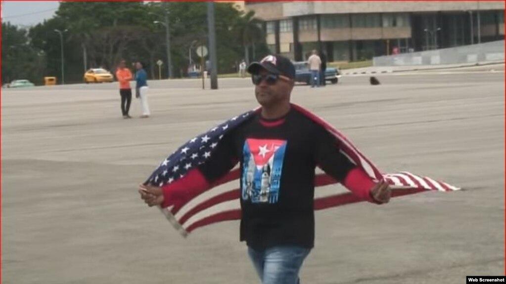 Daniel Llorente Miranda se manifiesta en la plaza cívica José Martí.