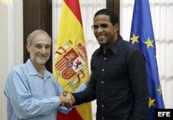 Javier Sotomayor (der) saluda al embajador de España en la isla, Francisco Montalbán (izq) hoy, viernes 25 de septiembre, en la embajada de España en La Habana (Cuba).