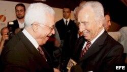 El presidente de la Autoridad Nacional Palestina (ANP), Mahmud Abbás (izq) y el ex primer ministro israelí Simon Peres (Archivo).