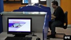 Un hombre se conecta a Internet en una nueva sala de navegación en La Habana.