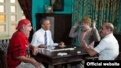 """El presidente Obama juega dominó con Pánfilo (1d), Facundo (2d) y Chequera (i) del humorístico cubano """"Vivir del Cuento"""". (White House)"""