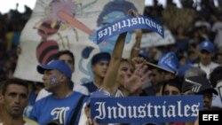 Foto de archivo. Varios aficionados del equipo de Industriales animan a su equipo.