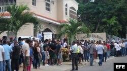 Familiares y seguidores asisten al velorio del pelotero dominicano Oscar Taveras, de 22 años, en Puerto Plata (República Dominicana).