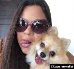 María Gabriela Chávez posando junto a su peroo en Instagram.