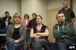 Los activistas de Greenpeace escuchando la noticia de la amnistía.