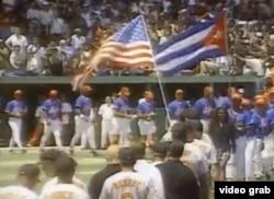 Desfile de los equipos antes del partido Cuba-Orioles el 28 de marzo de 1999 en La Habana.