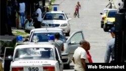 Imágenes muestran parte del operativo policial frente a la sede de las Damas de Blanco. (Foto: Angel Moya)