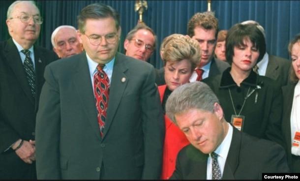 El presidente Bill Clinton promulga la Ley Helms-Burton. A su derecha los congresistas Ileana Ros-Lehtinen y Bob Menendez y el senador Jesse Helms