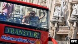 Archivo - Turistas en un bus en La Habana (Cuba).
