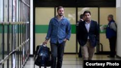 Los diputados Jaime Bellolio (izq) y Miguel Ángel Calisto regresan a Chile tras ser, respectivamente, impedido de abordar un vuelo Miami- Habana y detenido y deportado por Cuba, cuando intentaban participar en la entrega del premio Oswaldo Payá 2018.