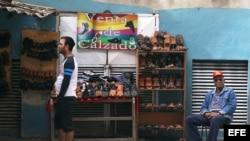 Enero 2015 - Dos hombres venden zapatos en un negocio callejero en una calle de La Habana (Cuba).