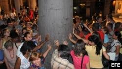 Cientos de cubanos dan vueltas a la Ceiba del Templete, una tradición que se remonta a la colonia española.