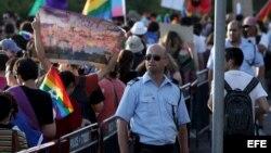 Un policía vigila cerca del Parlamento israelí (Knesset), durante el desfile del orgullo gay celebrado en Jerusalén, Israel.