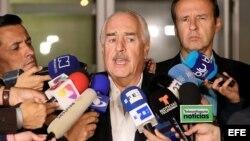 Los expresidentes de Colombia Andrés Pastrana (c) y de Bolivia Jorge Quiroga (c-d) hablan con la prensa a su llegada al aeropuerto El Dorado tras ser expulsados de Cuba.