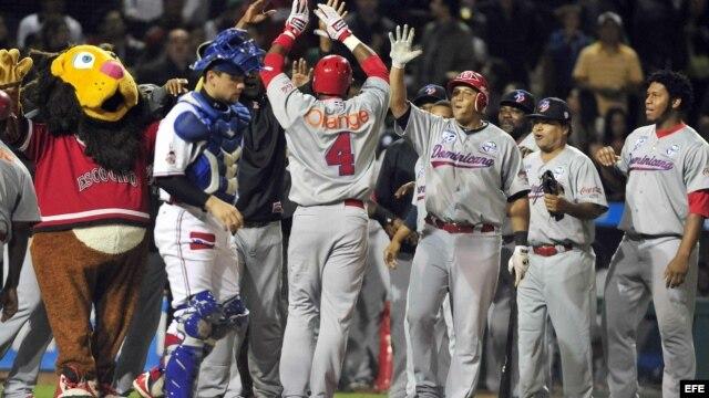 Jugadores de R. Dominicana celebran su anotación ante México martes 5 de febrero de 2013