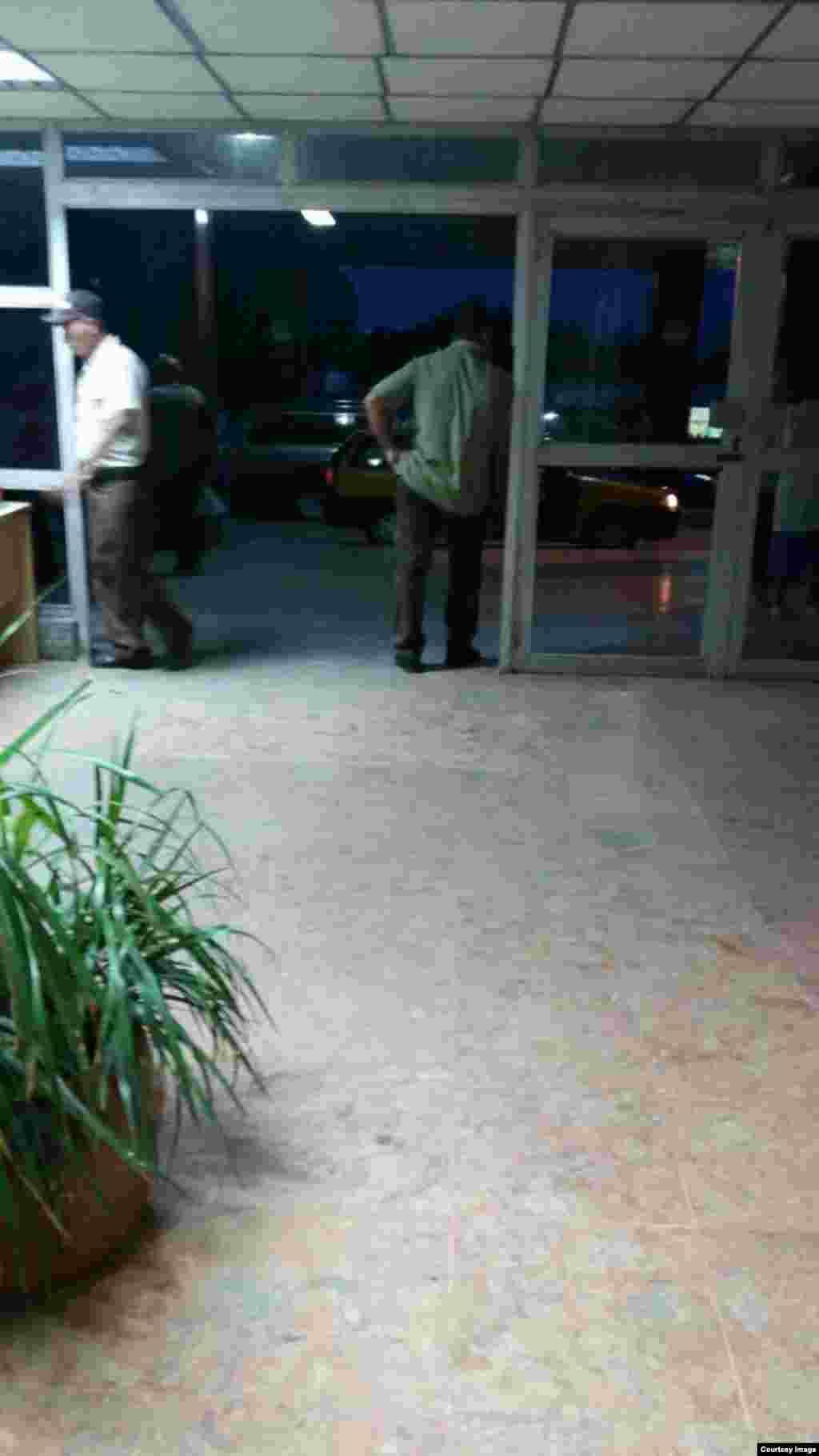 Los pasillos del hospital permanencen día y noche custodiados por personal ajeno a la instalación, además de voluntarios del Ministerio del Interior.