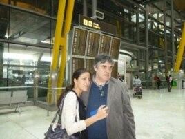 Junto a su tío Carlos Payá a su llegada a España