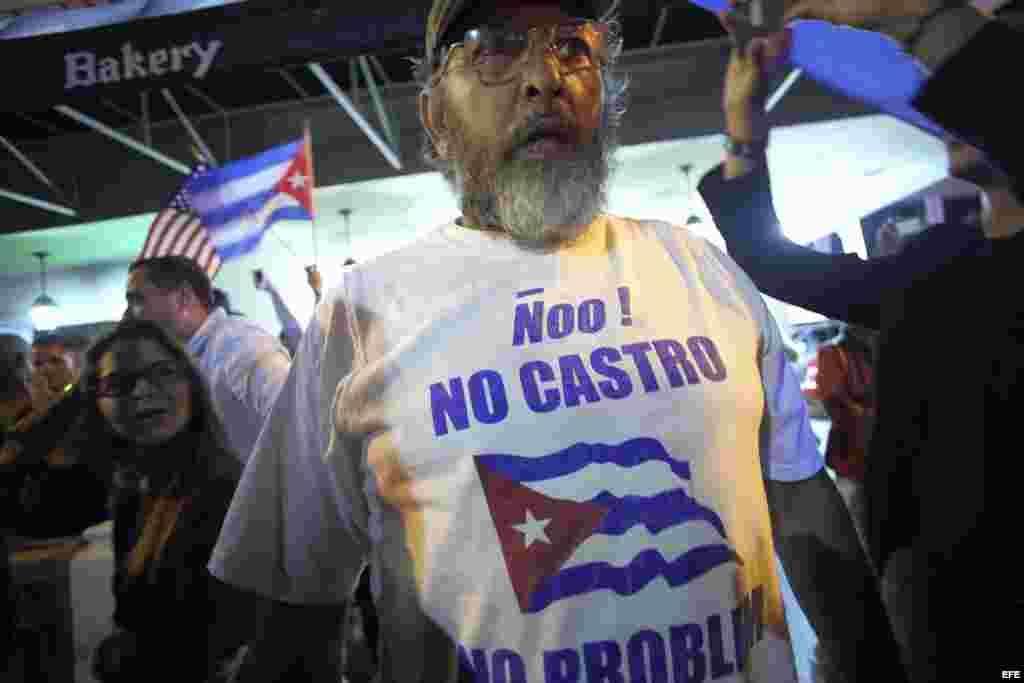 Un grupo de cubanos celebra en las calles de Miami tras el fallecimiento en La Habana de Fidel Castro.