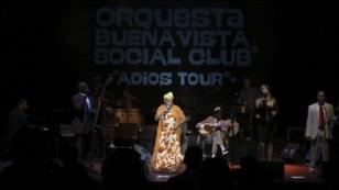 La cantante Omara Portuondo acompaña a la banda cubana Orquesta Buenavista Social Club, durante el concierto en el Teatro Circo Price, en Madrid.