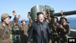 Kim Jong-un (c) rodeado de soldados norcoreanos.