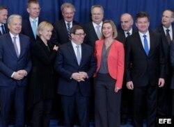 l ministro cubano de Exteriores, Bruno Rodríguez (d, primera fila), posa junto a la jefa de la diplomacia europea, Federica Mogherini (2d, primera fila), y junto con otros ministros