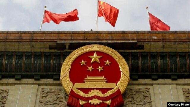 El emblema del Partido Comunista decora la entrada del Gran Palacio del Pueblo durante el segundo día del XVIII Congreso del Partido Comunista de China (PCChn), en Pekín, China.