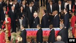 Ppresidentes, jefes de Gobierno y el Principe de Borbón en la guardia de honor al fallecido Hugo Chávez.
