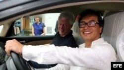 Fotografía cedida por la Alcaldía de Bogotá del alcalde Gustavo Petro (d) y el expresidente de Estados Unidos Bill Clinton hoy, jueves 16 de mayo de 2013, en Cartagena (Colombia).En el auto viajaban además el presidente Juan Manuel Santos y Gabriel García Márquez