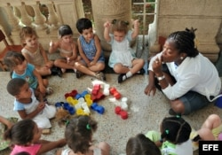 Una maestra juega con varios niños en un círculo infantil en La Habana.