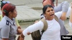 Policía política arresta a la Dama de Blanco Martha Sánchez. (Foto: Angel Moya)