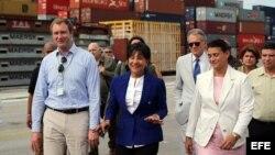 Pritzker, al centro con chaqueta azul, recorre El Mariel, en su primera visita a la isla.