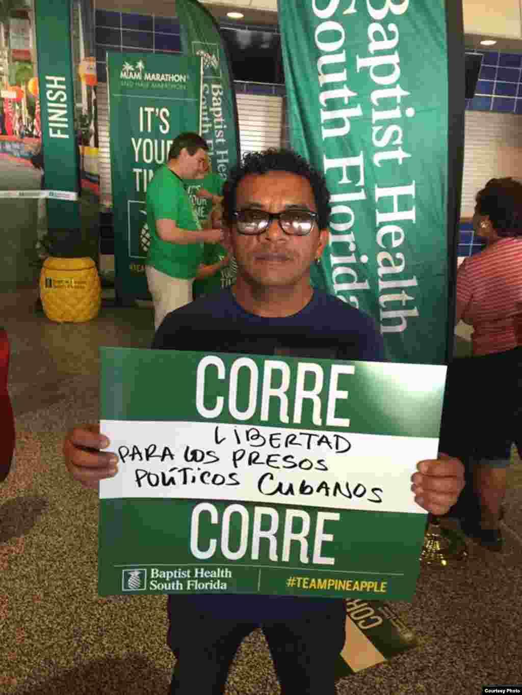 Luis Felipe Rojas con el cartel para promocionar la causa de los presos políticos cubanos en el Miami Marathon 2017.