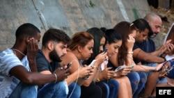 Varias personas se conectan a internet en La Habana.