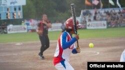 Una jugadora del equipo de softbol de Cuba al bate durante el Torneo Abierto de Canadá celebrado en 2015 en Surrey, Columbia Británica.