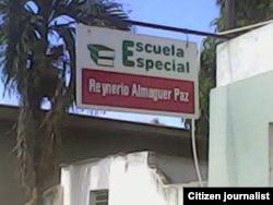 Reporta Cuba. Cartel de la entrada a la escuela. Foto: Ramón Zamora.