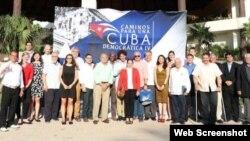 """Participantes en el cuarto encuentro """"Caminos hacia una Cuba Democrática"""", en Cancún, México."""