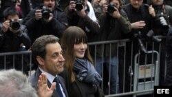 Nicolás Sarkozy votó en París junto a su esposa