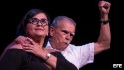 El terrorista puertorriqueño Oscar López Rivera participa con su hija en un homenaje en el Hostos Community College de Nueva York.