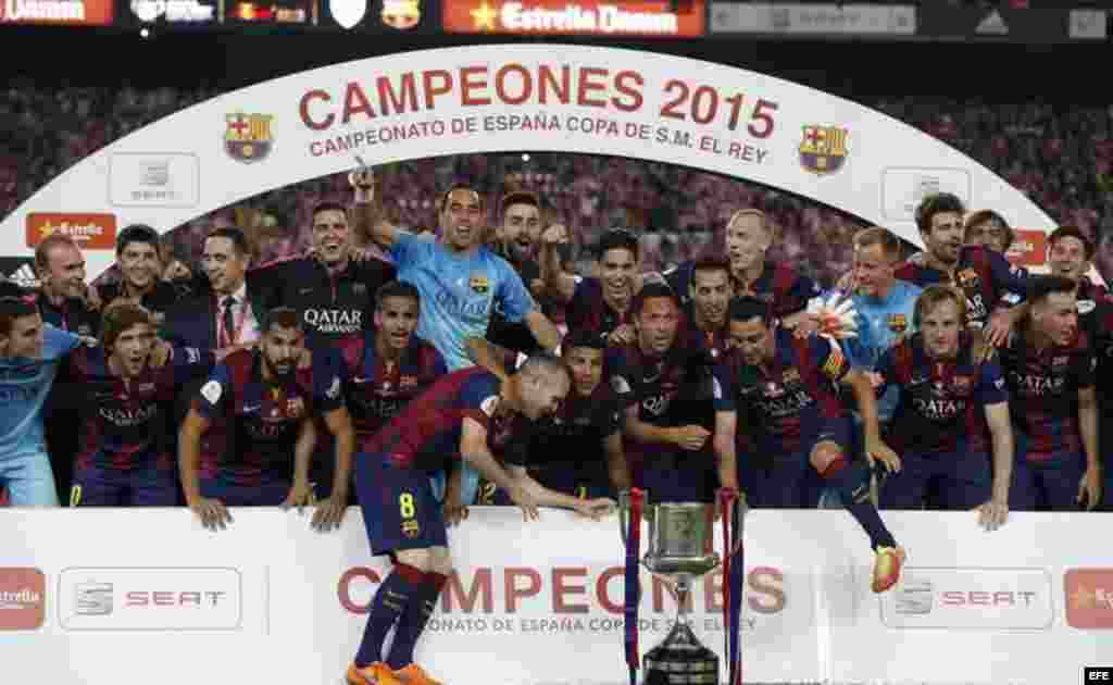 Los jugadores del FC Barcelona, tras vencer al Athletic de Bilbao en la final de la Copa del Rey de fútbol disputada en la noche del sábado, 30 de junio de 2015 en el Camp Nou, en Barcelona.