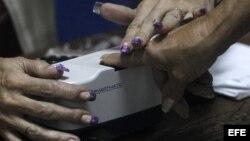 Una funcionaria del Centro Nacional Electoral (CNE) participa en un simulacro de las elecciones presidenciales hoy, domingo 5 de agosto de 2012, en un liceo del centro de Caracas (Venezuela). EFE/David Fernández