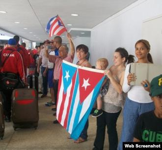 El equipo Vegueros de Pinar del Río recibe muestras de cariño tras su llegada a San Juan, Puerto Rico.
