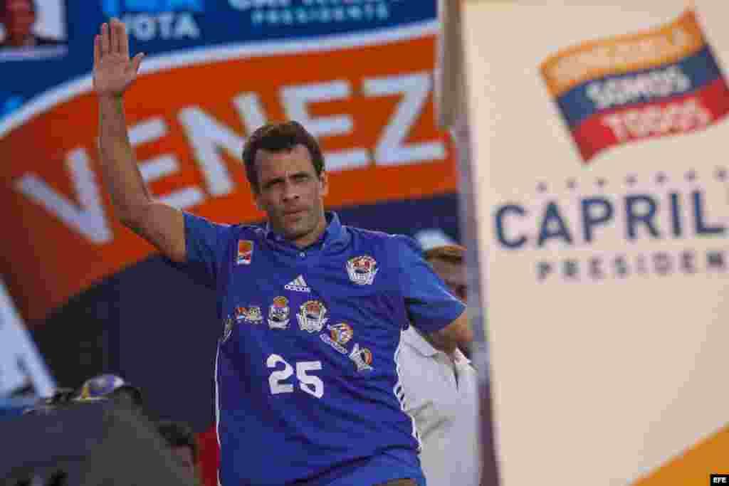 Fotografía de archivo que muestra al candidato de la oposición venezolana Henrique Capriles durante un acto de campaña en Barcelona, estado Anzoátegui (Venezuela).