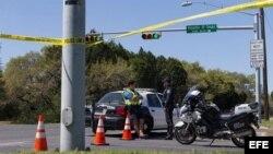 Miembros de la policía cierran un vecindario para investigar hoy, lunes 19 de marzo de 2018, la relación de la explosión de este domingo en el área suroeste de Austin, Texas, (EE.UU).
